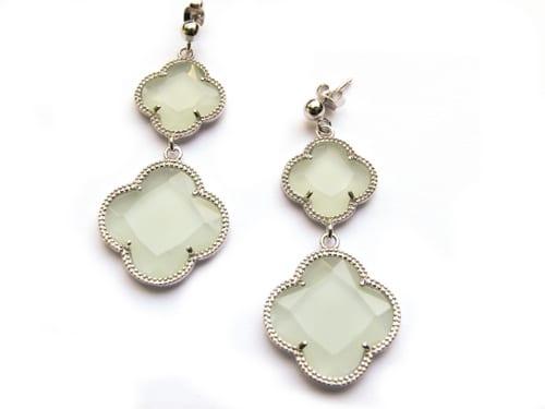 oorringen oorbellen in zilver licht groene stenen klavers bloemen
