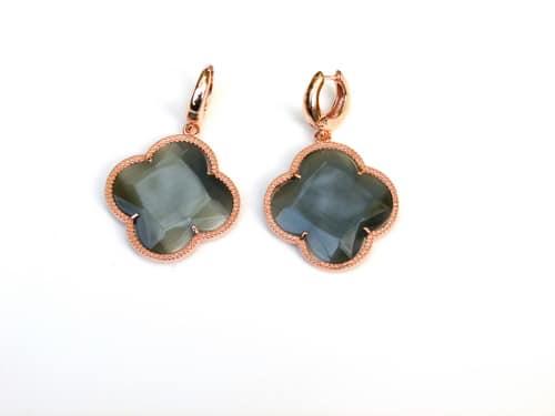 oorringen oorbellen in zilver roosgoud verguld met gekleurde donkergrijze stenen klaver bloem