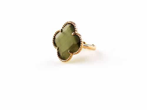 ring in zilver roosgoud verguld met donker grijze steen klaver bloem