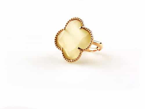 ring in zilver roosgoud verguld gezet met parelmoerkleurige steen klaver bloem