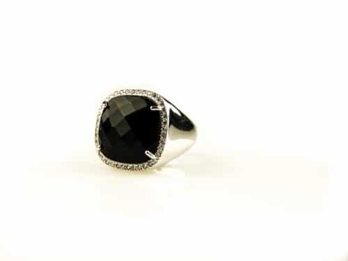 ring in zilver gezet met gekleurde zwarte steen en cubic zirconia