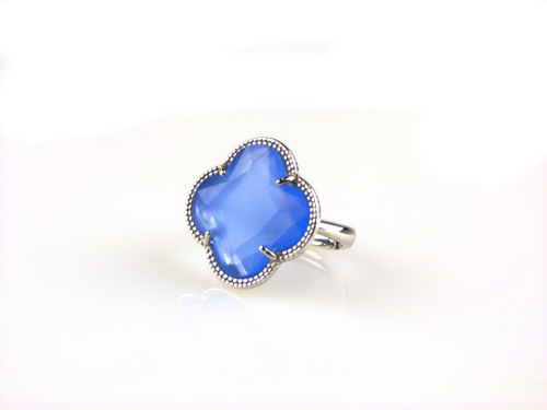 ring in zilver gekleurde steen blauwe klaver bloem