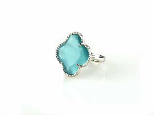 ring in zilver gekleurde steen turkooise klaver bloem