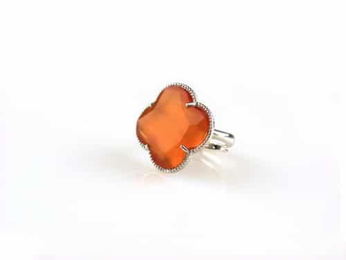 ring in zilver gekleurde steen oranje klaver bloem
