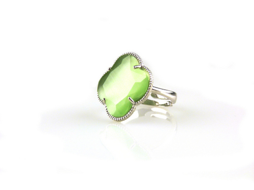 ring in zilver gekleurde steen groene klaver bloem