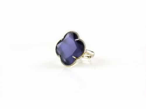 ring in zilver gekleurde steen paarse klaver bloem