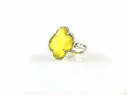 ring in zilver gekleurde steen gele klaver bloem