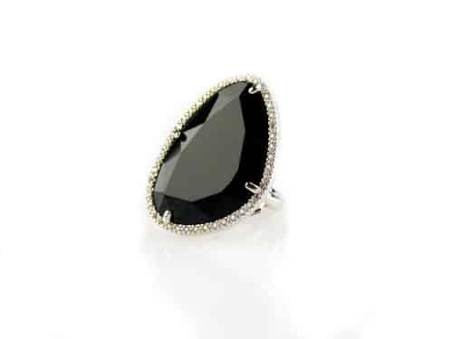 ring in zilver met grote gekleurde zwarte steen