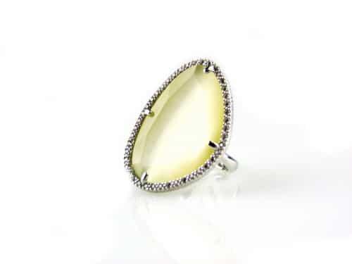 ring in zilver met grote gekleurde parelmoerkleurige steen
