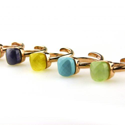 ringen in zilver roosgoud verguld gezet met gekleurde steen