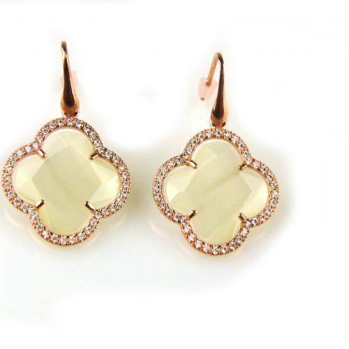 oorringen oorbellen in zilver roosgoud verguld met parelmoerkleurige steen klaver bloem en cubic zirconia