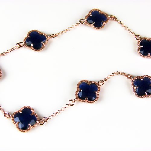 ketting in zilver roos goud verguld met donker blauwe gekleurde stenen klavers bloemen