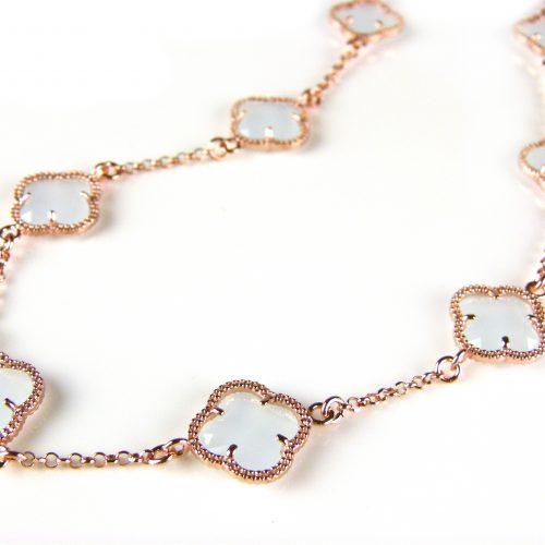 ketting in zilver roos goud verguld met licht blauwe gekleurde stenen klavers bloemen