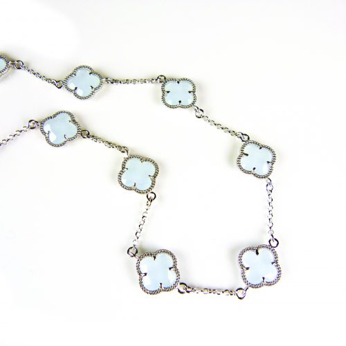 zilveren ketting gekleurde stenen licht blauwe bloemen klaver