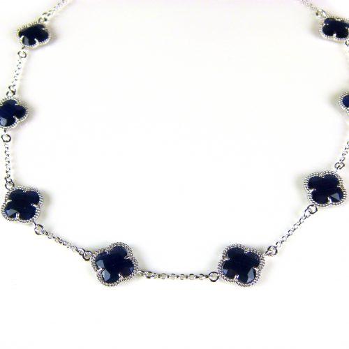 zilveren ketting gekleurde stenen donker blauwe bloemen klaver