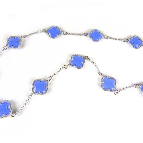 zilveren ketting gekleurde stenen jeans blauwe bloemen klaver