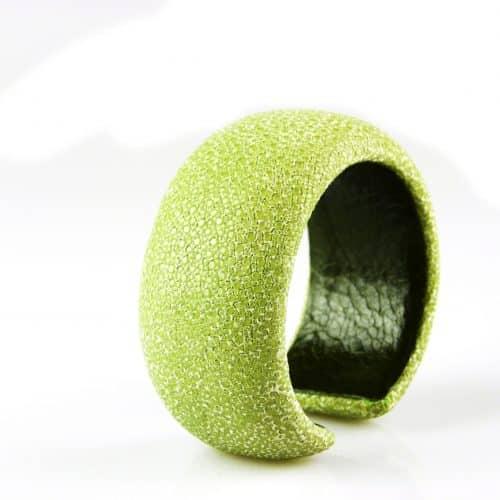 bracelet en cuir de raie galuchat 30 mm large couleur celadon