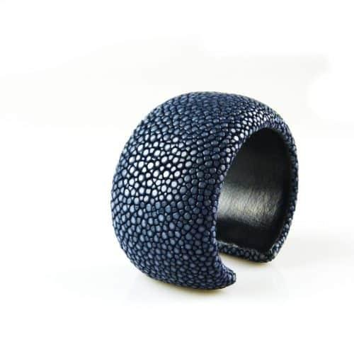 bracelet en cuir de raie galuchat 40 mm large couleur lapis