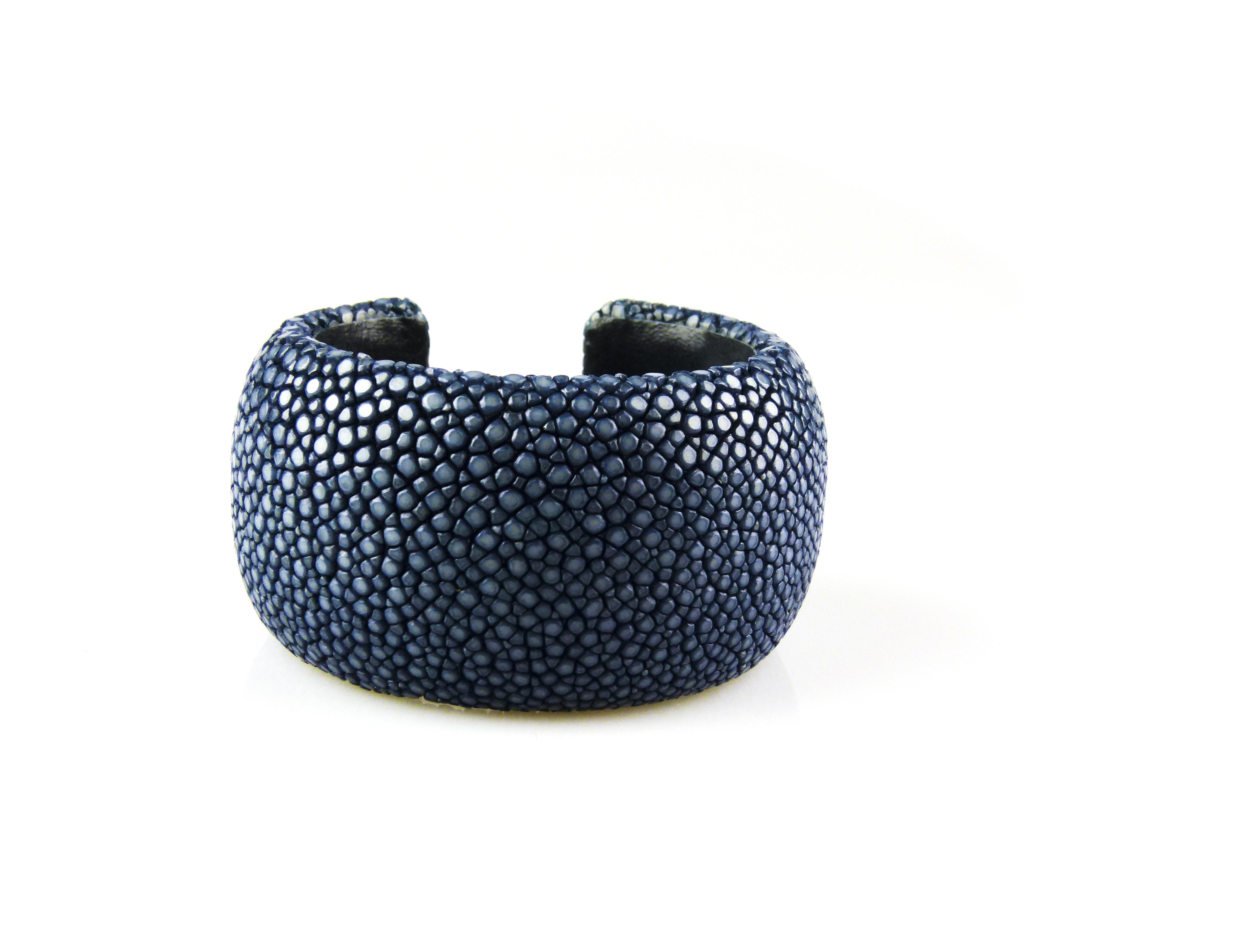 bracelet en cuir de raie galuchat 40 mm large couleur lapis sophiedesutter. Black Bedroom Furniture Sets. Home Design Ideas