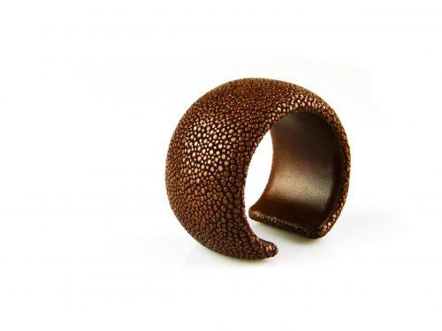 bracelet en cuir de raie galuchat  40 mm large couleur caramel