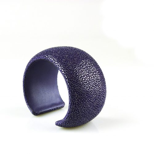 bracelet en cuir de raie galuchat 40 mm large couleur violet