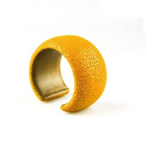 bracelet en cuir de raie galuchat 40 mm large couleur saffran