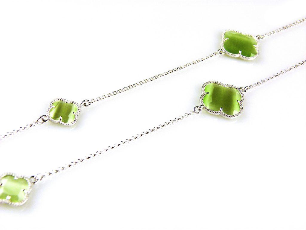 zilveren collier ketting sautoir met groene stenen bloemen klavers