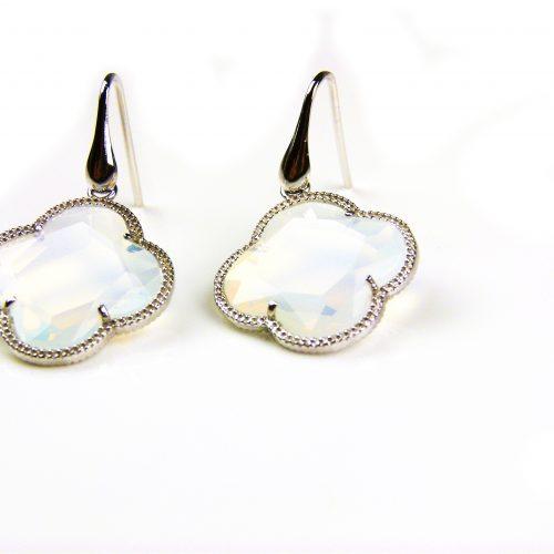 zilveren oorbellen zilveren oorringen opaal kleurige steen klaver bloem