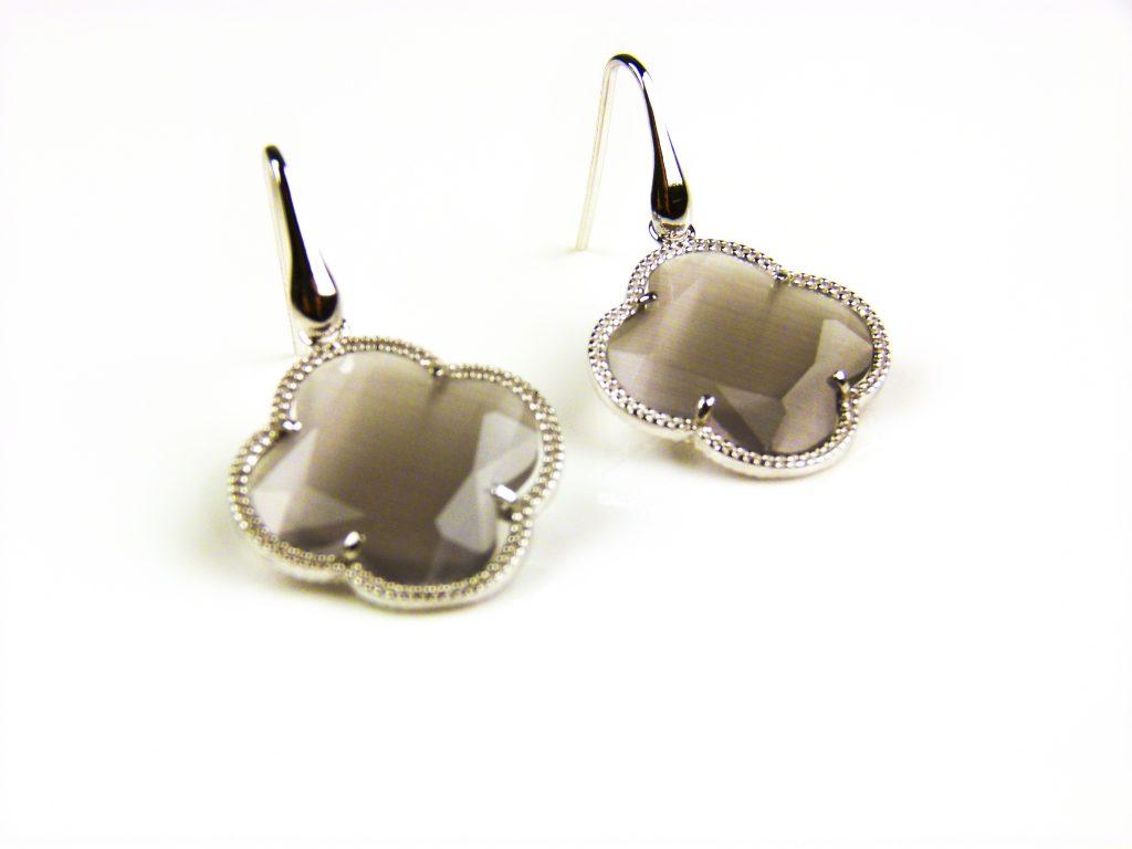 zilveren oorbellen zilveren oorringen grijze steen bloem klaver