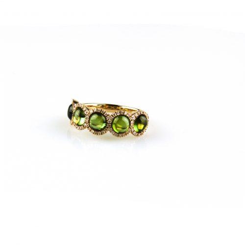 ring in roos goud gezet met peridoot cabochons en diamant