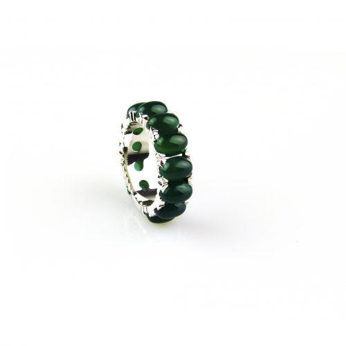 ring in wit goud gezet met groen agaat