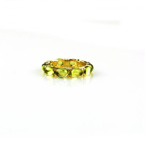 ring in geel goud gezet met peridoot cabochons