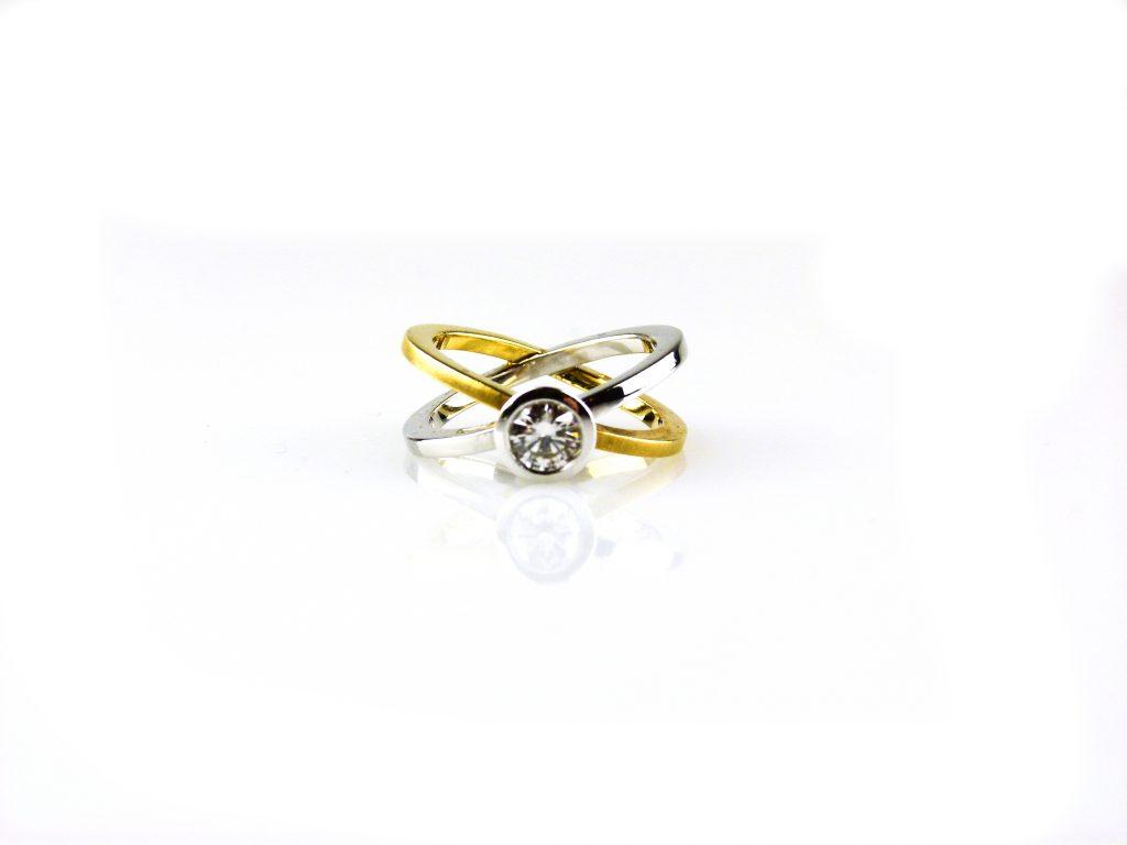 ring in wit goud en geel goud gezet met diamant