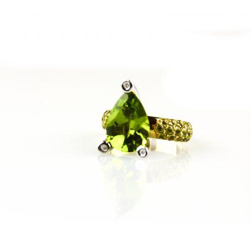 ring in wit goud en geel goud gezet met diamant en peridoot
