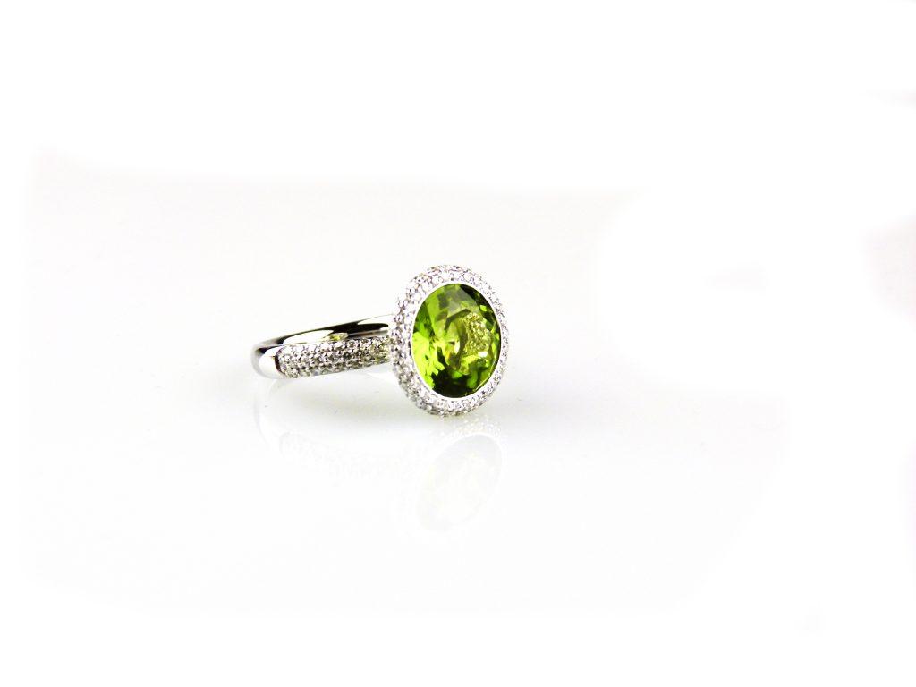 ring in wit goud gezet met diamant en peridoot