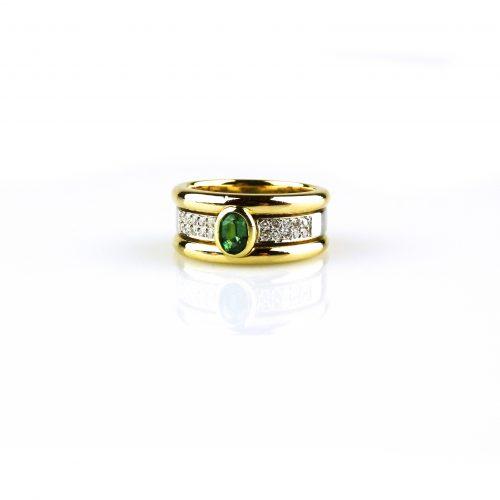 ring in geel en wit goud gezet met diamant en smaragd