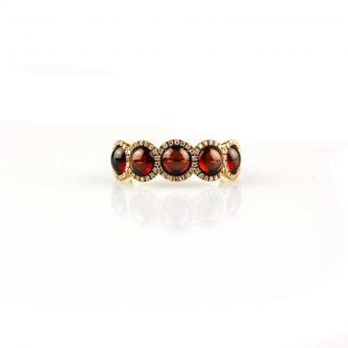 ring in roos goud gezet met granaat cabochons en diamant