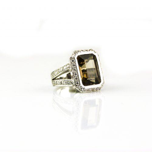 ring in wit goud en gezet met rookkwarts en diamant