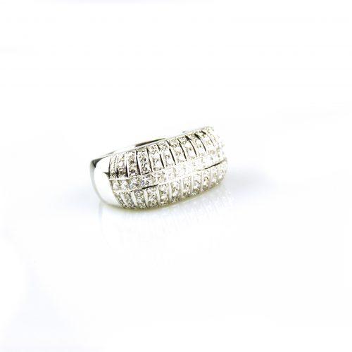 ring in wit goud gezet met diamant en diamant princessen