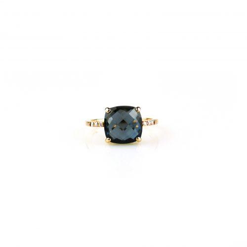 ring in roos goud gezet met diamant en blauwe topaas