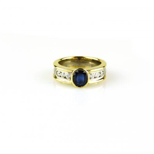 ring in geel goud en wit goud gezet met blauwe saffier en diamant