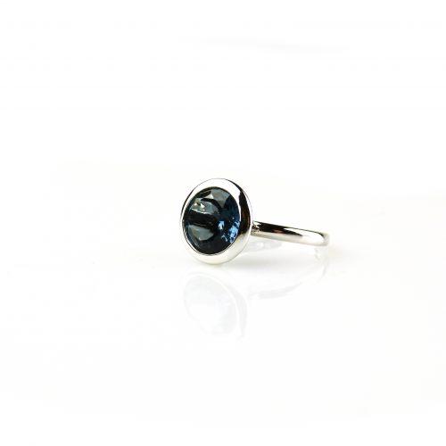 ring in wit goud gezet met blauwe topaas