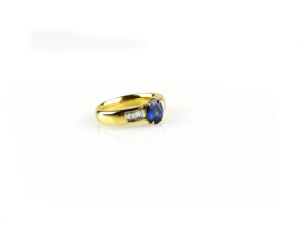 ring in geel goud gezet met blauwe saffier en diam