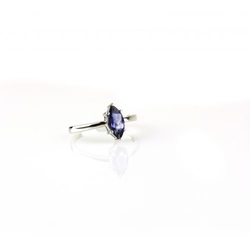ring in wit goud gezet met blauwe iolieth