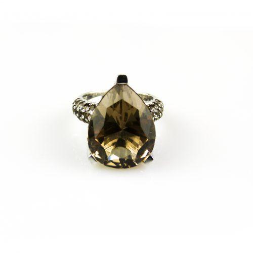 ring in wit goud gezet met rookkwarts en diamant