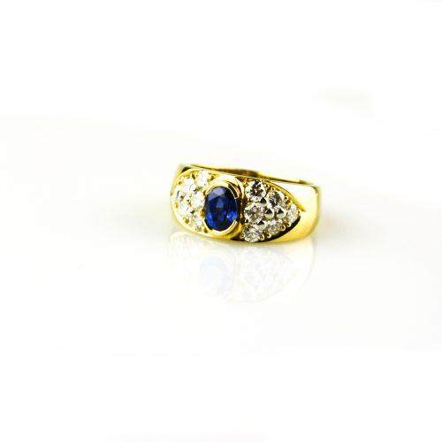 ring in geel goud gezet met diamant en blauwe saffier
