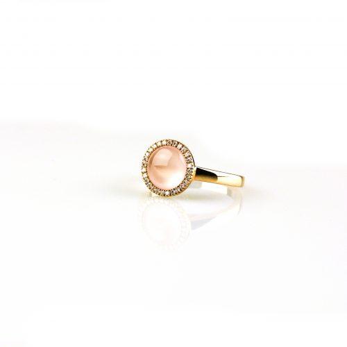 ring in roos goud gezet met roze kwarts en diamant