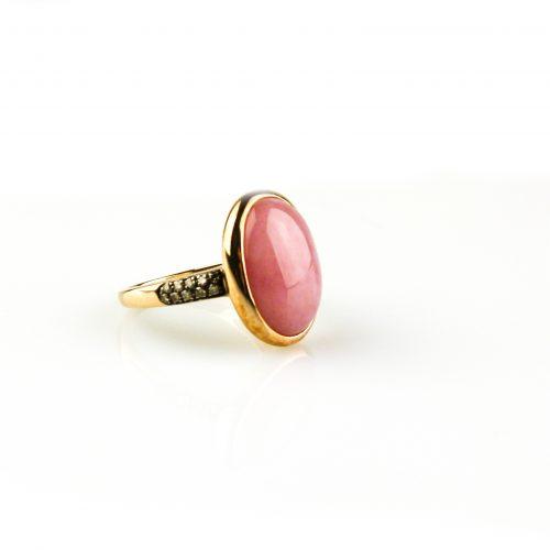 ring in roos goud gezet met roze cabochon en cognackleurige diamant