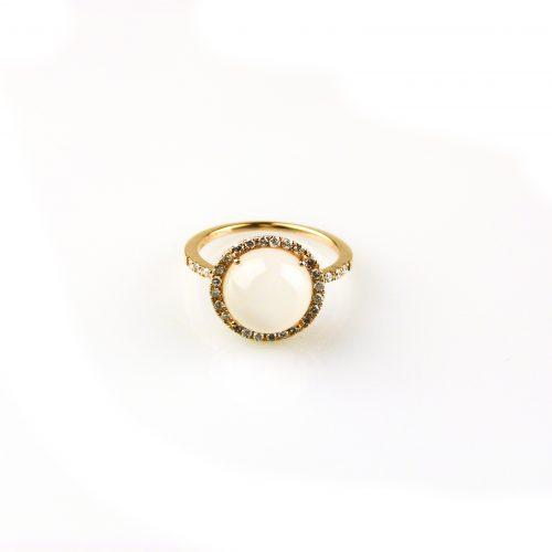 ring in geel goud gezet met witte maansteen en diamant