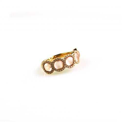 ring in roos goud gezet met roze kwarts cabochon roze en diamant